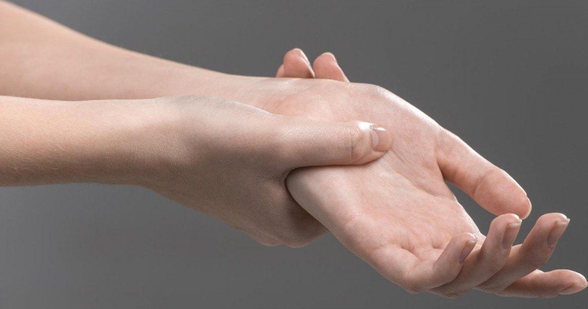 Des accros au smartphone dévoilent leurs doigts déformés