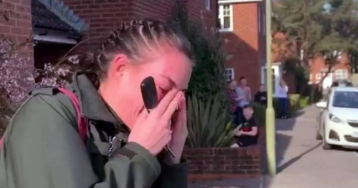 Une ambulancière fond en larmes en voyant la rue entière l'applaudir
