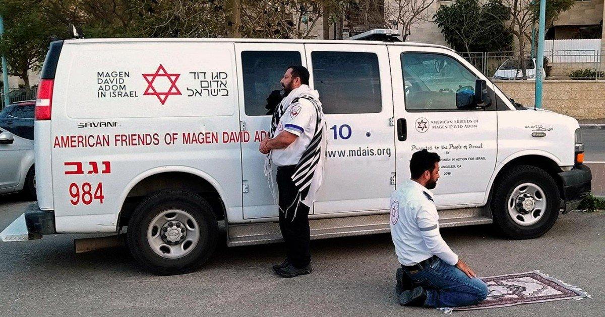 Juif et musulman ces deux ambulanciers prient ensemble