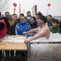 Un Chinois tient plus d'une heure, quasi-nu dans un caisson de glace