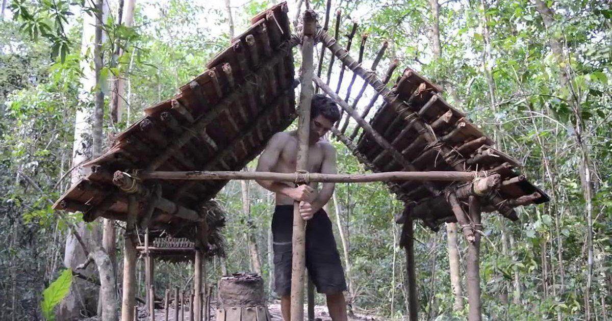 Il construit un abri hallucinant avec des techniques primitives !