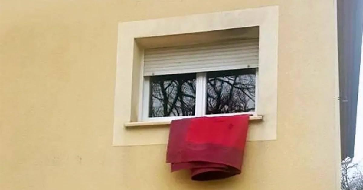 Voici pourquoi des personnes mettent un chiffon rouge à la fenêtre