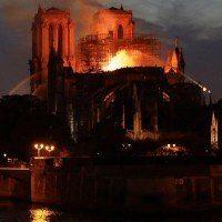 Emmanuel Macron promet de reconstruire Notre-Dame après l'énorme incendie