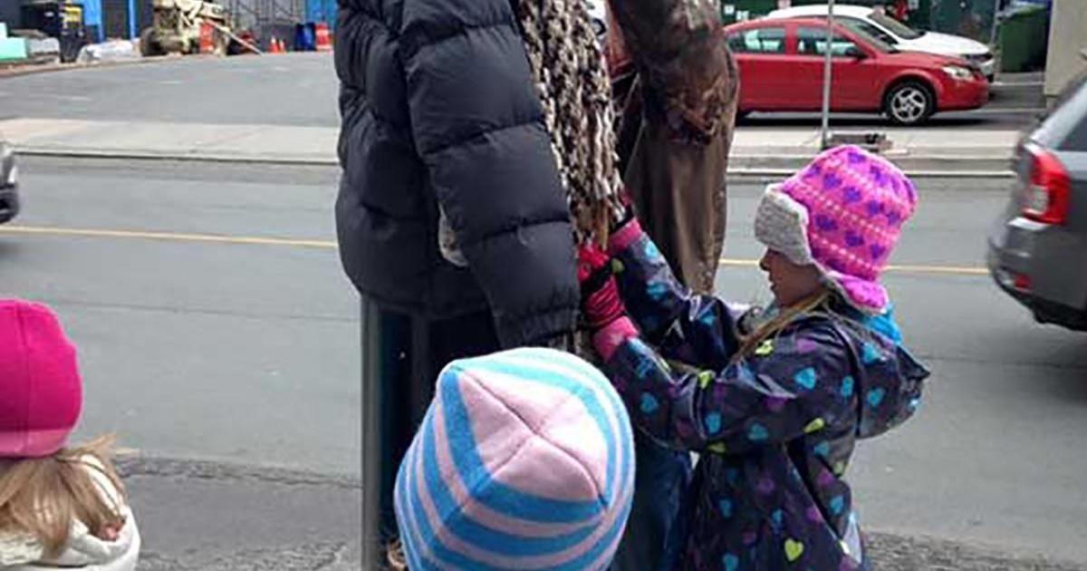Des enfants « habillent » des poteaux pour aider les sans-abris