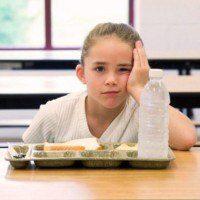 Des enfants nourris au pain et à l'eau à la cafétéria pour punir les parents