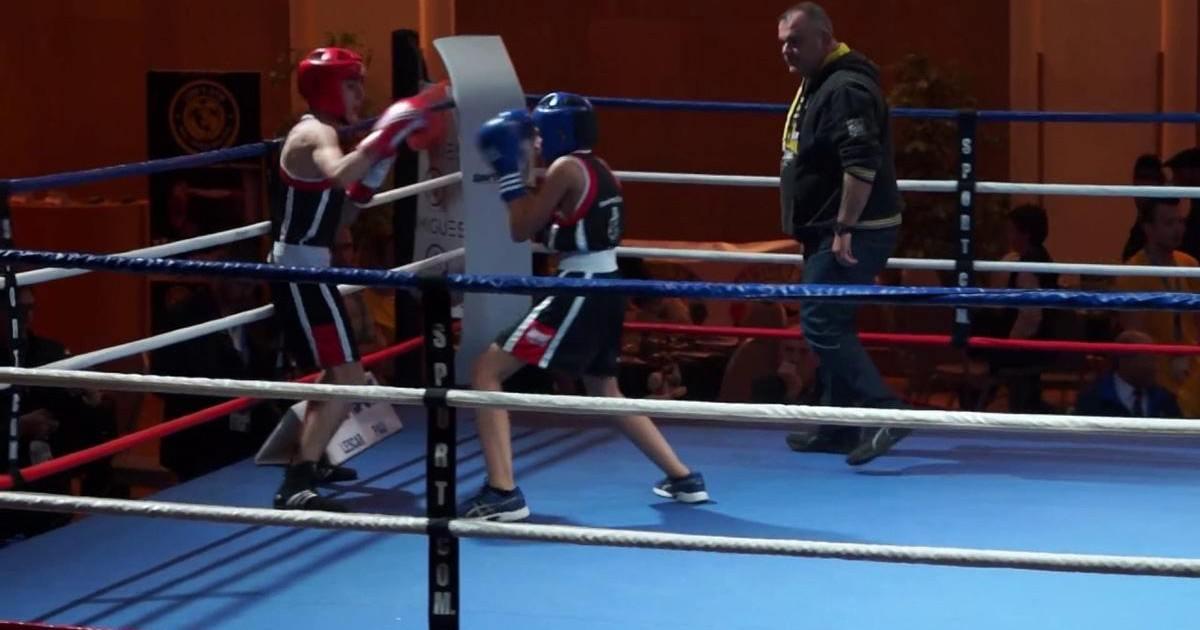 Il envoie son fils contre de vrais boxers pour lui donner une leçon !