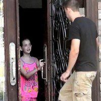 Expérience : votre enfant ouvrirait-il la porte à un inconnu ?