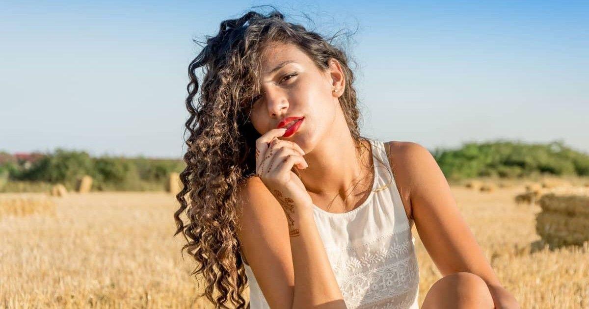 Les femmes aux cheveux bouclés ou ondulés sont la perfection incarnée