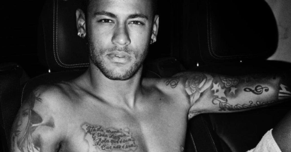 Le footballeur Neymar fait tomber le maillot du PSG pour Mario Testino