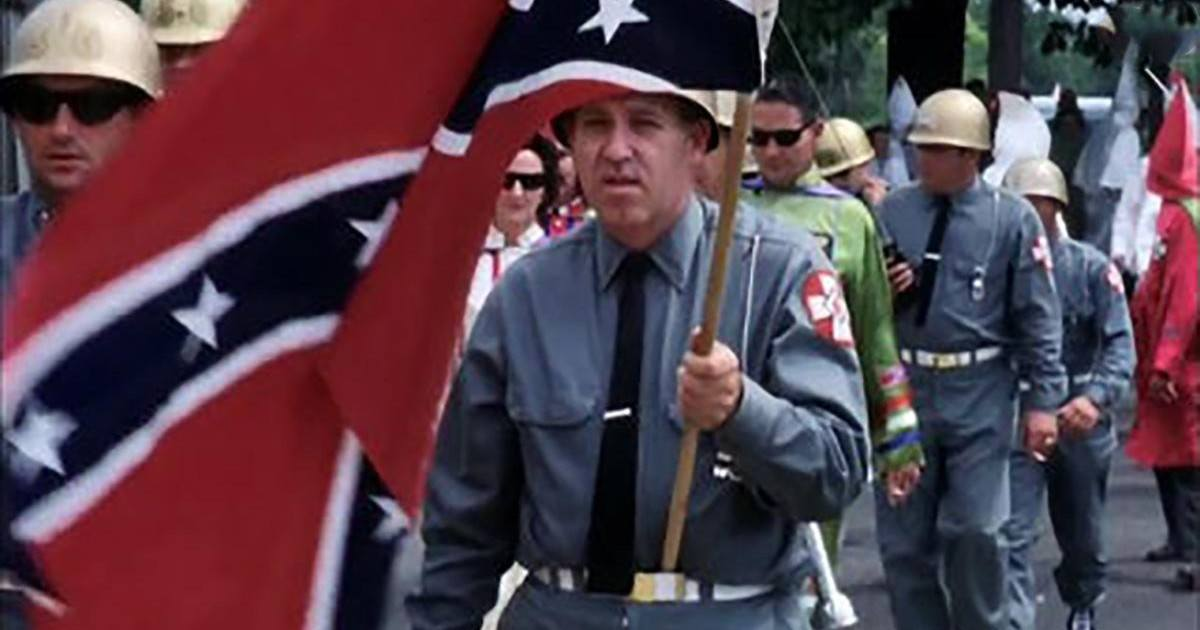 Il s'incruste dans une marche du Ku Klux Klan pour les ridiculiser !