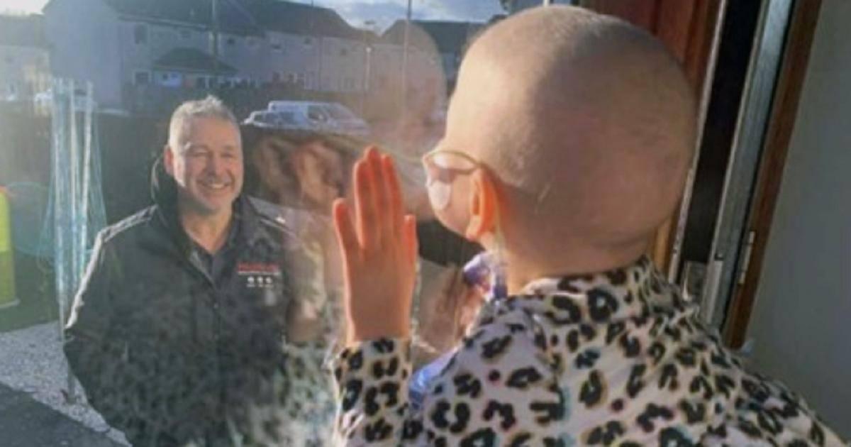 Atteinte d'une leucémie et confinée, elle embrasse son papa par la vitre