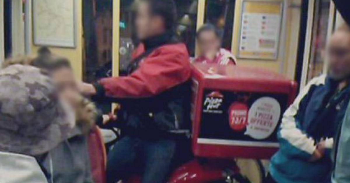 Un livreur de pizza prend le tram en scooter et fait le buzz