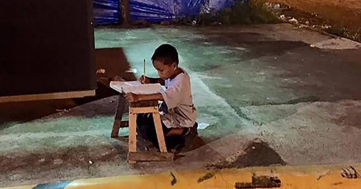 Malgré sa situation, ce petit bonhomme est prêt à tout pour réussir dans la vie !