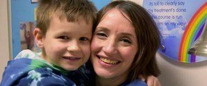 Une mère et son fils atteints du cancer guérissent...