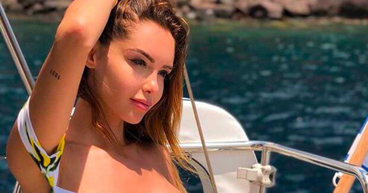 La people Nabilla pose dans un bikini très révélateur lors de ses vacances