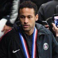 Le brésilien Neymar frappe un supporter après la finale de la coupe de France