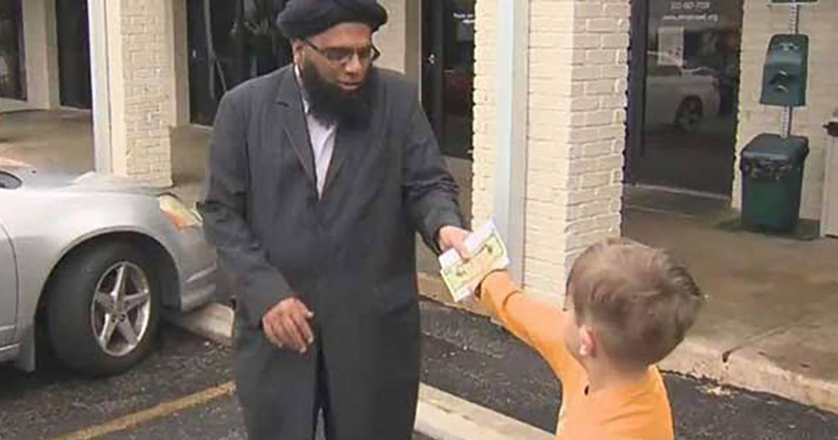 Un petit garçon offre ses économies à une mosquée vandalisée