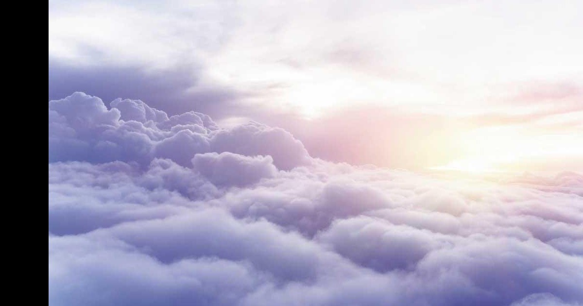 Il prend en photo un « géant » qui marche sur les nuages
