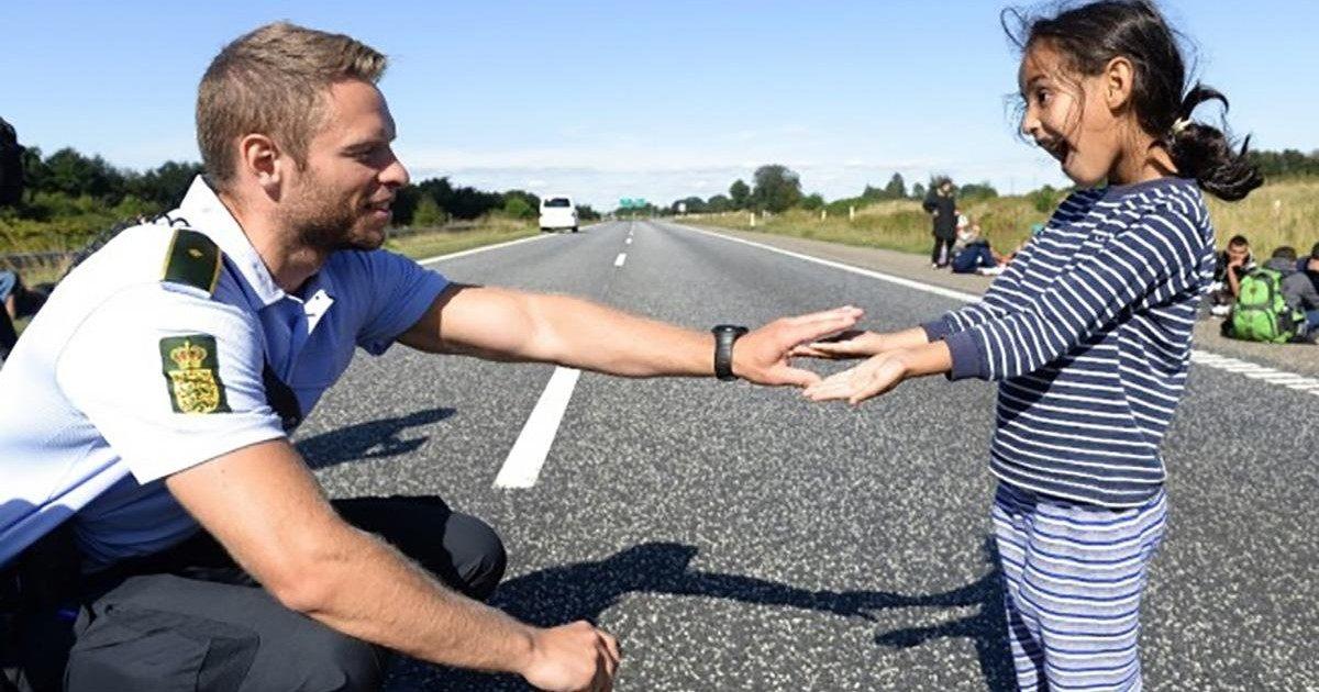 La photo d'un policier et d'une petite migrante émeut la toile