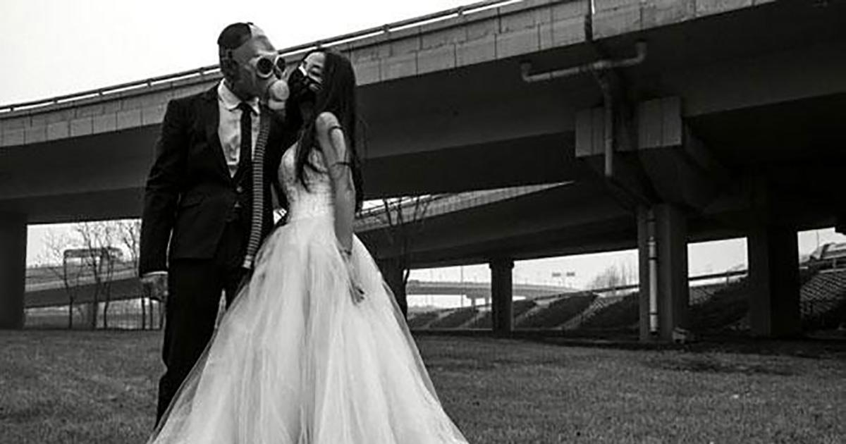Pour protester contre la pollution, ces mariés se photographient avec des masques à gaz