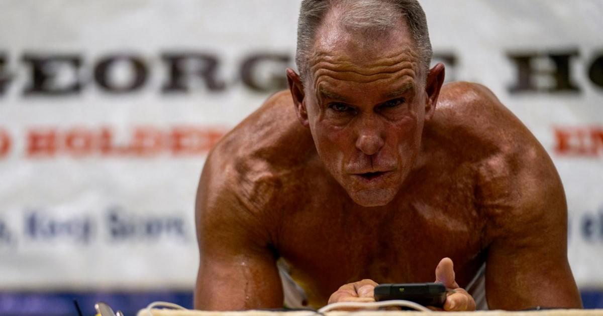 Ex-marine américain, il bat le record du monde de gainage à 62 ans