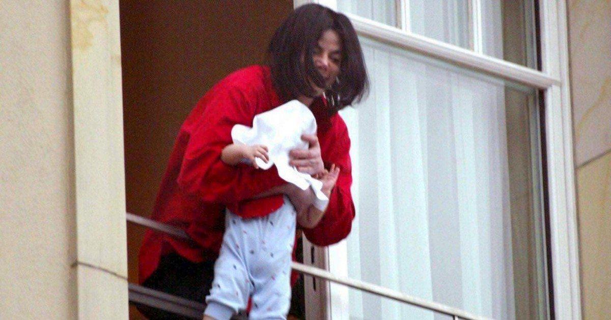 Voici ce qu'est devenu le bébé de Michael Jackson suspendu au balcon