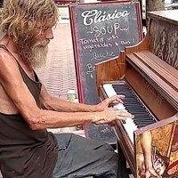 Un SDF approche d'un piano en libre service et joue un morceau magnifique !