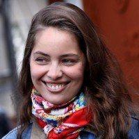 La soeur cadette de Laetitia Casta enflamme internet en maillot de bain
