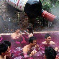 Un spa japonais propose à ses clients de se baigner dans du vin